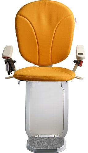 montascale ergo hd con seduta classic e rivestimento di tessuto arancione per scala curva