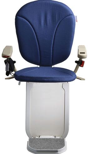 montascale ergo hd con seduta classic e rivestimento di tessuto blu per scala curva