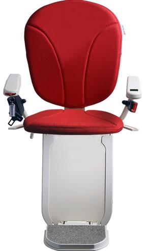 montascale ergo hd con seduta classic e rivestimento di tessuto rosso per scala curva