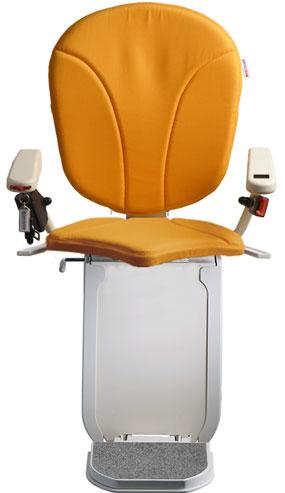 montascale ergo hd con seduta ergo e rivestimento di tessuto arancione per scala curva