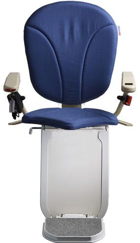 montascale ergo hd con seduta ergo e rivestimento di tessuto blu per scala curva