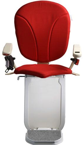 montascale ergo hd con seduta ergo e rivestimento di tessuto rossoper scala curva