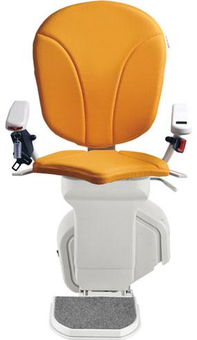 montascale ergo standard con seduta ergo e rivestimento di tessuto arancione per scala dritta