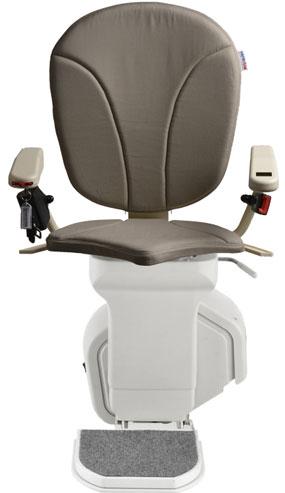 montascale ergo standard con seduta ergo e rivestimento di tessuto grigio per scala dritta