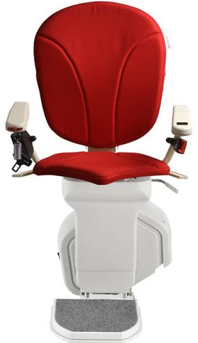 montascale ergo standard con seduta ergo e rivestimento di tessuto rosso per scala dritta